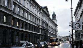 Una de las calles centrales de Varsovia imagen de archivo