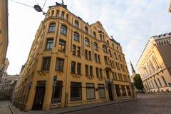 Una de las calles en ciudad medieval de Riga vieja Fotografía de archivo libre de regalías