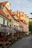 Una de las calles en ciudad medieval de Riga vieja Fotografía de archivo