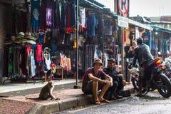 Una de las calles en el centro de Ubud - la ciudad es uno de los artes de Bali y de los centros importantes de la cultura, Imagen de archivo libre de regalías