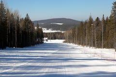 Una de las cuestas del esquí de la montaña de Belaya de la estación de esquí Nizhny Tagil Rusia Foto de archivo libre de regalías