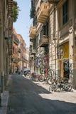 Una de las muchas calles sórdidas en Palermo foto de archivo