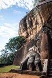 Una de las patas gigantes que adornan la puerta a la fortaleza a de Sigiriya imagen de archivo libre de regalías