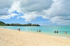 Una de las 365 playas aclamadas en la isla tropical de Antigua - 4 de diciembre de 2016 - gente que disfruta del día en un bea he Imagen de archivo libre de regalías