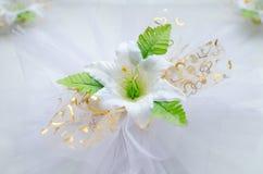 Una decoración de la boda una flor blanca artificial foto de archivo