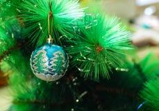 Una decoración de la Navidad/del Año Nuevo en una rama de un árbol de abeto Foto de archivo