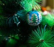 Una decoración de la Navidad/del Año Nuevo en una rama de un árbol de abeto Foto de archivo libre de regalías
