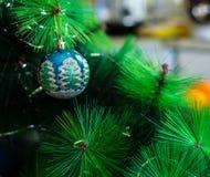 Una decoración de la Navidad/del Año Nuevo en una rama de un árbol de abeto Fotografía de archivo