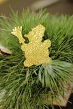 Una decoración de oro del árbol de navidad con las luces Imagen de archivo libre de regalías