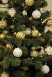 Una decoración de oro del árbol de navidad con las luces Imagenes de archivo