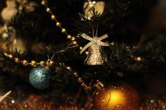 Una decoración de oro del árbol de navidad con las luces Fotografía de archivo libre de regalías