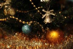 Una decoración de oro del árbol de navidad con las luces Foto de archivo libre de regalías