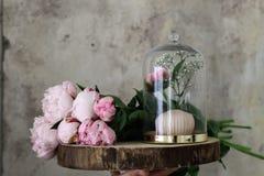 Una decoración de rosas en un zoquete de la madera Fotografía de archivo libre de regalías