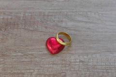 Una decorazione del biglietto di S. Valentino con cioccolato ed altri fotografie stock