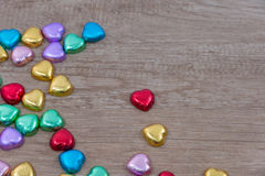 Una decorazione del biglietto di S. Valentino con cioccolato ed altri fotografia stock libera da diritti