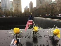 Una delle cascate alla plaza del memoriale di 9/11 messa all'interno delle orme delle torri gemelle originali fotografia stock libera da diritti
