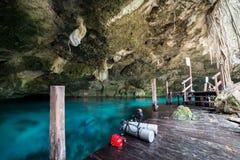 Una delle entrate della caverna al cenote di Dos Ojos vicino a Tulum, il Messico con l'operatore subacqueo vago fuori fotografia stock