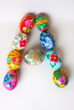 Una delle lettere del ` di Pasqua del ` di parola Le lettere sono fatte delle uova di Pasqua Immagini Stock