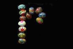 Una delle lettere del ` di Pasqua del ` di parola Le lettere sono fatte delle uova di Pasqua, dei colori differenti e con differe Immagini Stock