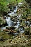 Una delle molte belle cascate dalla traccia di cadute di Crabtree fotografia stock libera da diritti