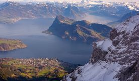 Una delle molte belle montagne in alpi ed in laghi svizzeri Immagine Stock Libera da Diritti
