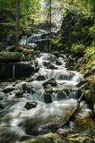 Una delle molte cascate magiche dalla traccia di cadute di Crabtree immagine stock libera da diritti