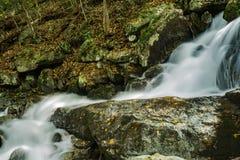 Una delle molte cascate precipitanti a cascata dalla traccia di cadute di Crabtree fotografia stock libera da diritti