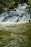 Una delle molte cascate a ruggire area ricreativa funzionata fotografia stock libera da diritti