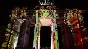 Una delle proiezioni di Videomapping ha proiettato al tor di Brandeburgo (porta di Brandeburgo) a Berlino durante il dodicesimo f archivi video