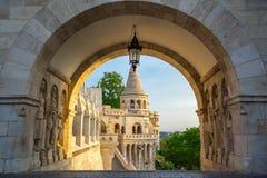 Una delle sette torri del bastione del ` s del pescatore a Budapest, l'Ungheria fotografia stock