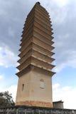 Una delle tre pagode del tempio di Chongsheng vicino a Dali Old Town, provincia di Yunnan, Cina Fotografia Stock Libera da Diritti