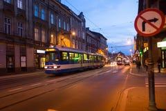 Una delle vie nel centro storico di Cracovia sulla notte Fotografia Stock