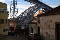 Una delle vie nel centro storico di vecchia Oporto del centro Immagine Stock Libera da Diritti