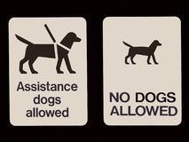 Una demostración dual de la muestra que los perros no se prohiben y que aren el ` t permitido Imágenes de archivo libres de regalías