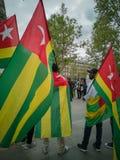 Una demostración grande de la diáspora togolesa ocurrió en París Foto de archivo libre de regalías