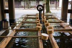 Una depressione di purificazione tramite l'entrata a Meiji Shrine in Tok Fotografia Stock Libera da Diritti