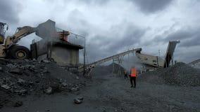 Una descripción de un proceso de producción del carbón en la mina de carbón almacen de metraje de vídeo