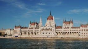 Una di costruzioni più belle del Parlamento in Europa a Budapest stock footage