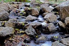 Una diga e un'acqua della pietra del campione Fotografia Stock Libera da Diritti