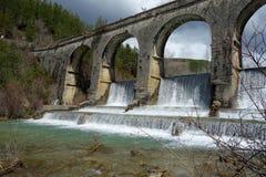 Una diga in un fiume un giorno non urbano di scena Immagine Stock