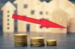 Una disminución en precios de la propiedad concepto de despoblación interés descendente en la hipoteca reducción en la demanda pa foto de archivo libre de regalías