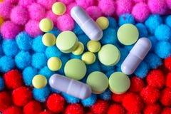 Una dispersión de diversas píldoras y cápsulas Fotografía de archivo libre de regalías