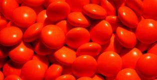 Una dispersión de las tabletas rojas Imagenes de archivo