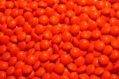 Una dispersión de píldoras rojas Imagenes de archivo