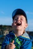 Una diversión, niño pequeño feliz ríe mucho Foto de archivo libre de regalías