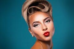 Una donna adulta con il bacio dell'aria Fotografia Stock