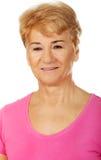 Una donna affascinante sorridente anziana Immagini Stock