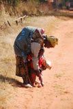Una donna africana con i suoi bambini 06 Fotografia Stock