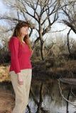 Una donna all'aperto su una sponda del fiume Immagini Stock