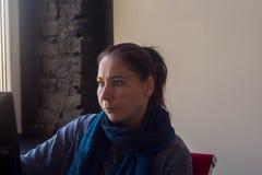 Una donna alla tavola che lavora al computer fotografie stock